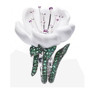 Bague Fleur Diamants Émeraudes et Calcédoine Blanche de Piaget