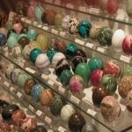 Objets en pierre exposés au salon.