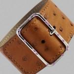 Bracelet autruche, or blanc et saphirs.