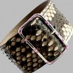 Bracelet Cuir Python, or blanc et saphirs.