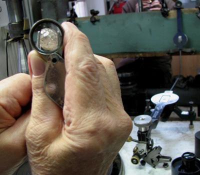 Métier de diamantaire en France - Loupe diamant brut