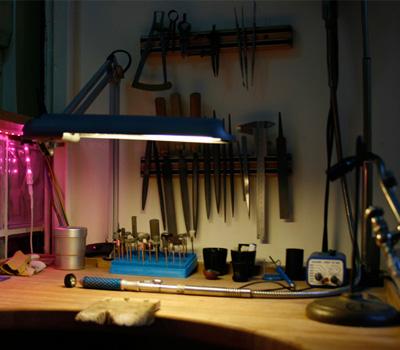 Fabrication de bijoux sur mesure en atelier de joaillerie