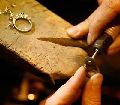 Fabrication de bijoux par un joaillier créateur