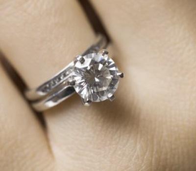 Solitaire diamant avec une alliance en diamants