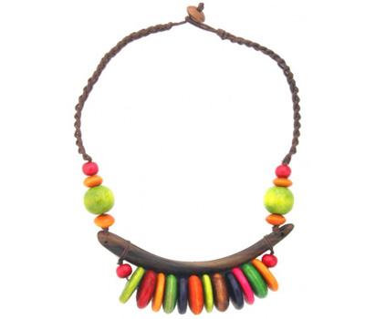 Bijou ethnique en bois de couleurs