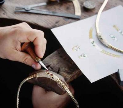 Fabrication de bijoux par un joaillier