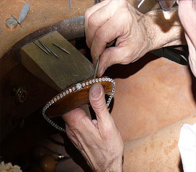 Sertissage d'un bijou diamants par un sertisseur