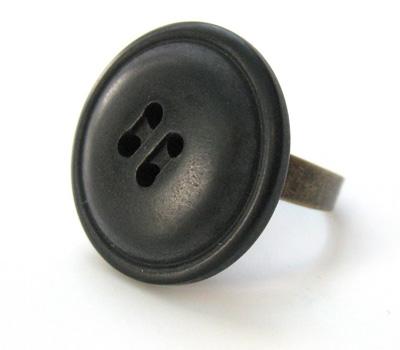Bague bouton noir en plastique