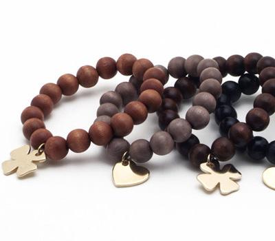 Bracelets en bois avec une breloque de Y Eyes
