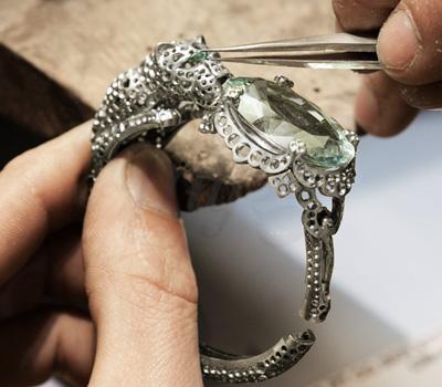 Sertissage Pierres du Bracelet Panthère de l'Odyssee Cartier