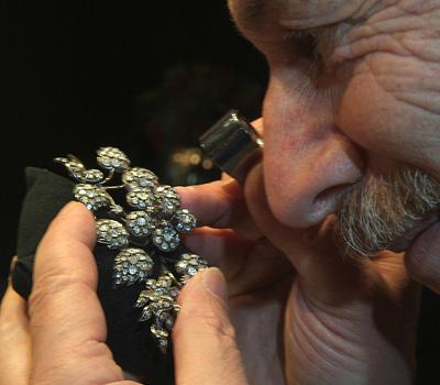 Expert en bijoux qui expertise