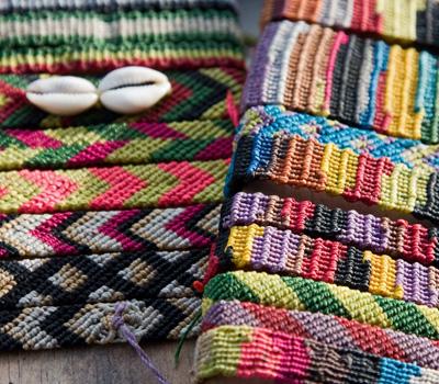 Fabrication de bracelets brésiliens en couleurs