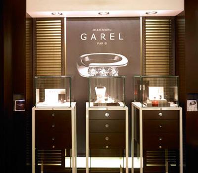 Vitrines d'une boutique Jean Marc Garel à Paris