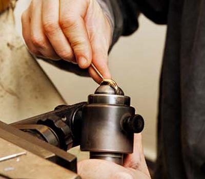 Gravure d'une bague par un artisan joaillier