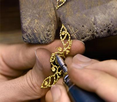 Travail du joaillier sur l'or en joaillerie