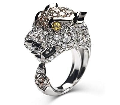 Bague Loup en or blanc, diamants blancs, diamants bruns, diamants noirs, saphirs jaunes. 13 400€