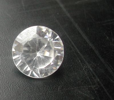 Imitation avec un faux diamant blanc