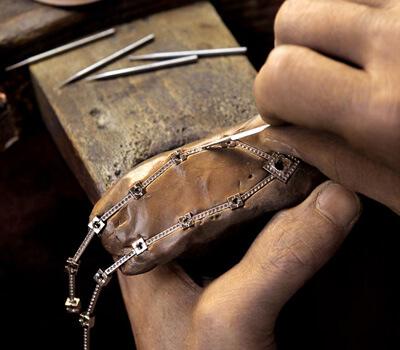 Bijoutier exerçant son métier en atelier