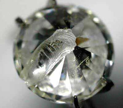 Diamant cassé présentant une large fêlure