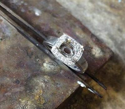 Sertissage du diamant central