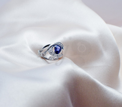 Bague Or Gris 18K, Saphir Taille Poire 1.02ct et 31 diamants Taille Brillant