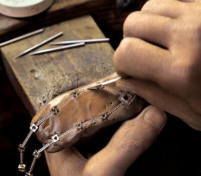Bijoutier joaillier qui travaille  sur un bijou