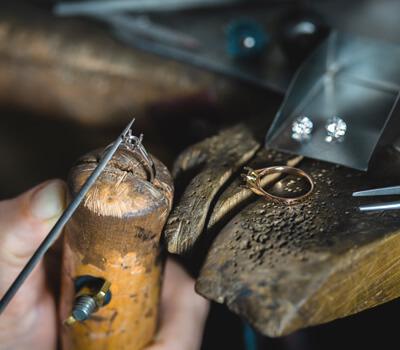 Fabrication d'une bague de fiançailles par Breidal